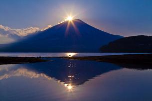 山中湖から見たダイヤモンド富士の写真素材 [FYI02501411]