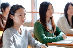 授業を受ける女子学生の写真素材 [FYI02501928]