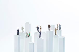 ビル群とビジネスマンの写真素材 [FYI02502056]