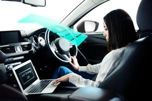 自動運転車に乗る女性の写真素材 [FYI02502604]