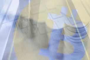ビジネスマンの足元とキーボード,マウス,積み重ねた硬貨,ビットコインロゴマークの合成の写真素材 [FYI02502675]