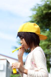 シャボン玉をする女の子の写真素材 [FYI02502736]