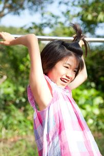 鉄棒で遊ぶ女の子の写真素材 [FYI02502816]