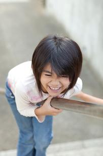階段の手すりで遊ぶ女の子の写真素材 [FYI02502851]