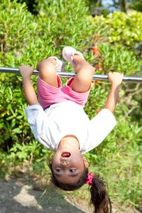鉄棒で遊ぶ女の子の写真素材 [FYI02503012]