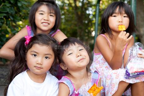 お菓子を食べる子供達の写真素材 [FYI02503046]