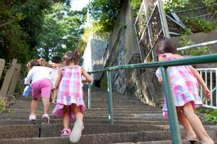 階段を駆け上る子供達の写真素材 [FYI02503256]