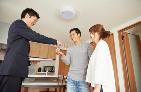 新居の引き渡しの説明を受ける夫婦の写真素材 [FYI02503269]
