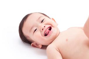 寝転んでほほえむ赤ちゃんの写真素材 [FYI02503293]