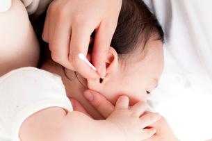 赤ちゃんの耳掃除をする母親の写真素材 [FYI02503313]