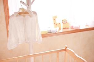 ハンガーにかけたベビー服の写真素材 [FYI02503370]