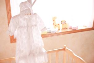 ハンガーにかけたベビー服の写真素材 [FYI02503402]