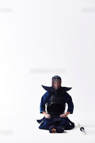 竹刀の横に正座する道着を着た男性の写真素材 [FYI02503404]