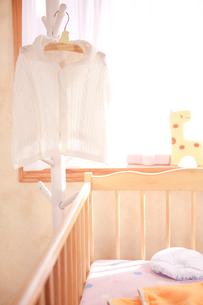ハンガーにかけたベビー服の写真素材 [FYI02503493]