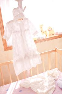 ハンガーとベッドにあるベビー服の写真素材 [FYI02503508]