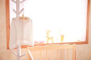 ハンガーにかけたベビー服の写真素材 [FYI02503516]