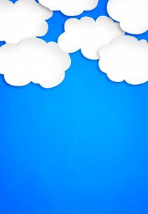 青い紙にたくさんの白い雲の写真素材 [FYI02503558]
