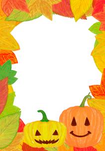 ハロウィンのカボチャと落ち葉のフレームのイラスト素材 [FYI02503580]