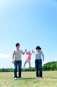 手を繋いで男の子を持ち上げる父と母の写真素材 [FYI02503586]
