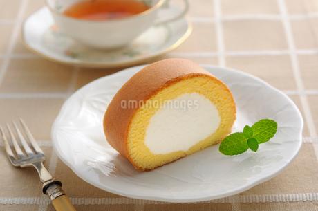 ロールケーキと紅茶の写真素材 [FYI02503613]
