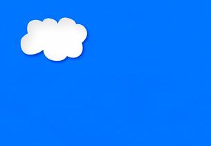 青い紙に白い雲の写真素材 [FYI02503851]
