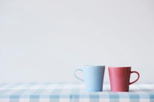 水色とピンクのマグカップの写真素材 [FYI02504467]