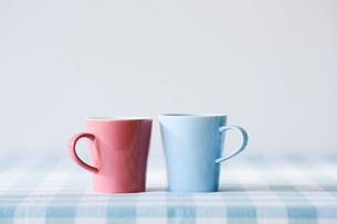 水色とピンクのマグカップの写真素材 [FYI02504585]