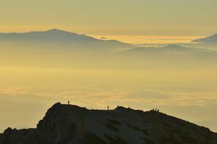尾根に立つ登山者の写真素材 [FYI02504708]