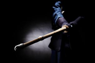 竹刀を振り下ろす道着を着た男性の写真素材 [FYI02505168]