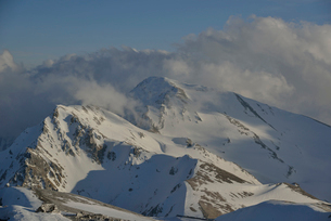 雲がかかる杓子岳と白馬鑓ヶ岳の写真素材 [FYI02505211]