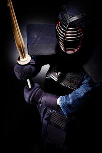 剣道の構えをする道着を着た男性の写真素材 [FYI02505509]