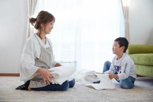 洗濯物をたたむ親子の写真素材 [FYI02505687]