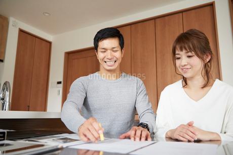 新居の契約をする夫婦の写真素材 [FYI02505701]