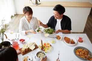 ホームパーティーをする男女グループの写真素材 [FYI02506033]