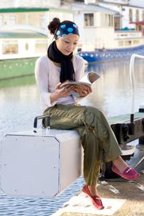 ロンドンの川辺で本を読む日本人女性の写真素材 [FYI02506151]