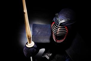 剣道の構えをする道着を着た男性の写真素材 [FYI02506709]
