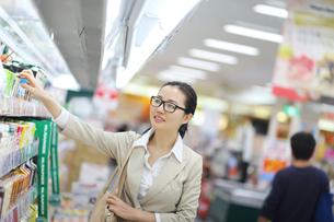 スーパーで買い物の写真素材 [FYI02507924]