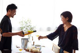 女性にワインを注ぐ男性の写真素材 [FYI02508162]