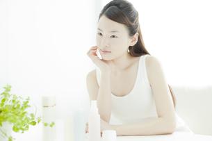 若い女性の透明感のあるスキンケアイメージの写真素材 [FYI02508640]