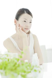 若い女性の透明感のあるスキンケアイメージの写真素材 [FYI02508656]