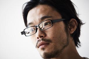 スマートグラスをかけている男性の写真素材 [FYI02508727]