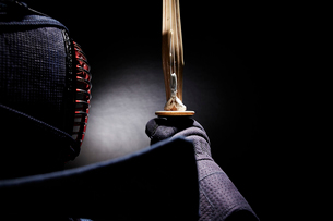 剣道着を着て竹刀を顔の前で構える男性の写真素材 [FYI02508734]