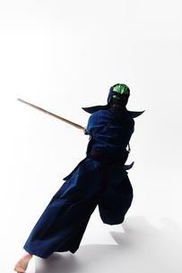 竹刀を振り下ろす道着を着た男性の後ろ姿の写真素材 [FYI02508750]