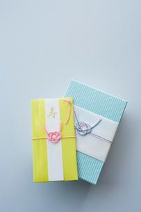 水引の飾りが付いたギフトボックスとご祝儀袋の写真素材 [FYI02508752]