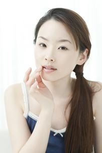 リップクリームをぬる若い女性の写真素材 [FYI02508831]