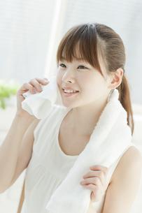 汗を拭く若い女性の写真素材 [FYI02508860]