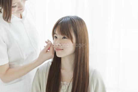 エステサロンでカウンセリングを受ける若い女性の写真素材 [FYI02508867]