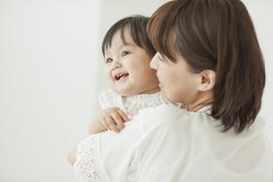 母親に抱っこされて笑う赤ちゃんの写真素材 [FYI02508881]