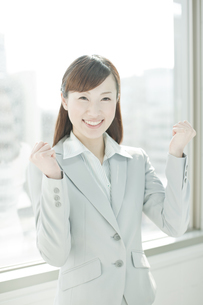 ガッツポーズをする笑顔のビジネスウーマンの写真素材 [FYI02508903]