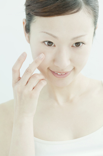 クリームをぬる女性のスキンケアイメージの写真素材 [FYI02508971]